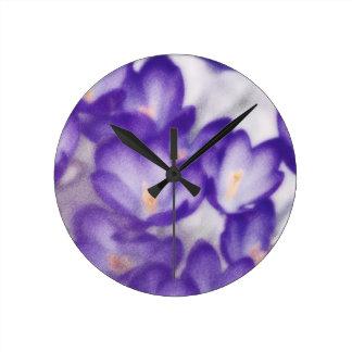 Remiendo de la flor del azafrán de la lavanda reloj redondo mediano