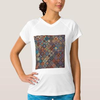 Remiendo del vintage con los elementos florales de camiseta