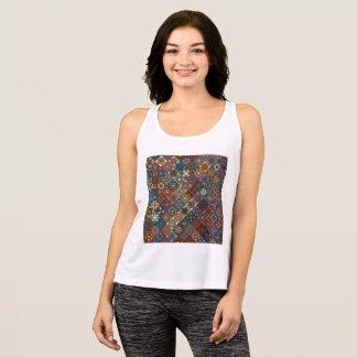 Remiendo del vintage con los elementos florales de camiseta de tirantes