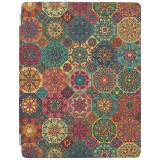 Remiendo del vintage con los elementos florales de cubierta de iPad