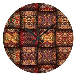 Remiendo del vintage con los elementos florales de reloj redondo grande
