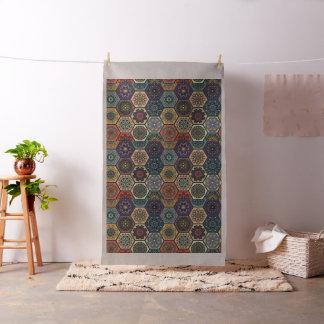 Remiendo del vintage con los elementos florales de tela