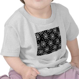 Remolinos blancos y negros y puntos camisetas