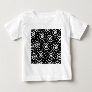Remolinos blancos y negros y puntos camiseta