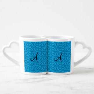 Remolinos del azul de cielo del monograma tazas para parejas