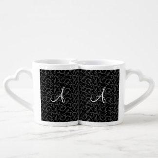Remolinos del negro del monograma taza para parejas