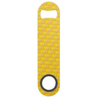 Remolinos en el abrebotellas amarillo de la