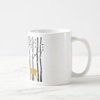 Reno en bosque del árbol de abedul taza de café