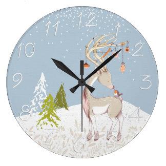 Reno y petirrojo lindos en la nieve reloj redondo grande