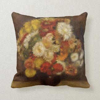 Renoir: Ramo de crisantemos Cojín Decorativo