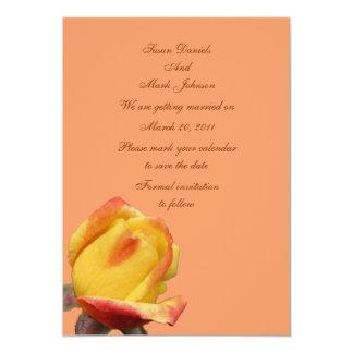 Reserva amarilla del boda de la flor del capullo invitaciones personalizada