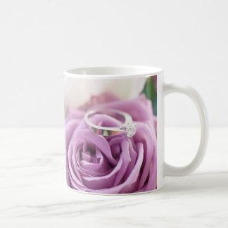 Reserva color de rosa púrpura del boda del verano tazas