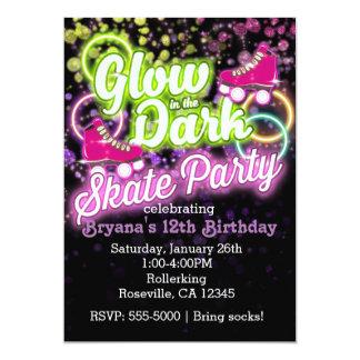RESPLANDOR en la invitación oscura del cumpleaños