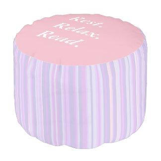Resto. Relájese. Lea el taburete púrpura y rosado Puf