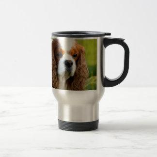 Retrato arrogante del perro de aguas de rey taza de viaje