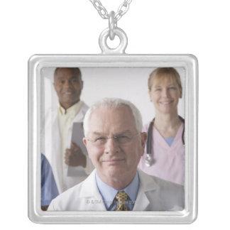 Retrato de cuatro profesionales médicos, estudio collar plateado
