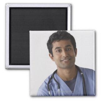 Retrato de la enfermera de sexo masculino joven, imán cuadrado