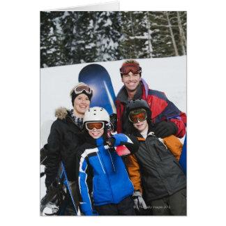 Retrato de la familia con las snowboard felicitaciones