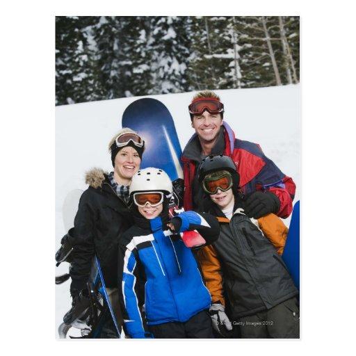 Retrato de la familia con las snowboard postal