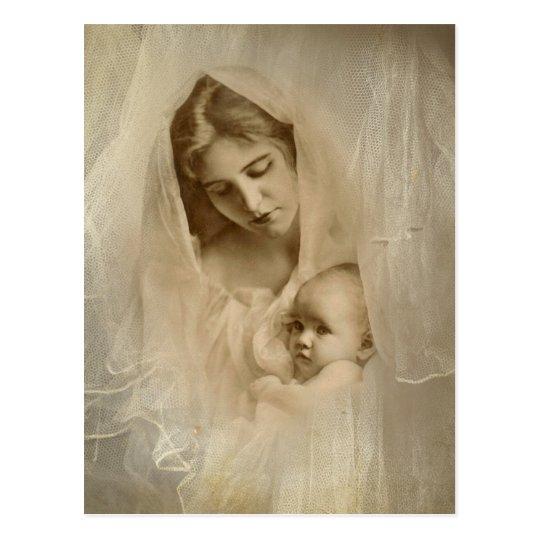 Retrato del vintage, madre cariñosa que celebra al postal