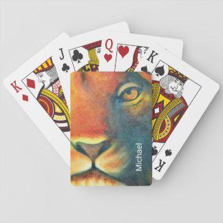 Retrato hermoso de la cabeza del león real y baraja de cartas