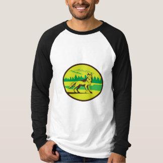 Retro oval del paisaje de la montaña del coyote camisas