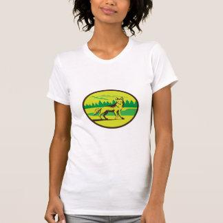 Retro oval del paisaje de la montaña del coyote camisetas