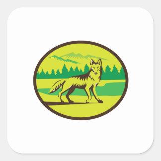 Retro oval del paisaje de la montaña del coyote pegatina cuadrada