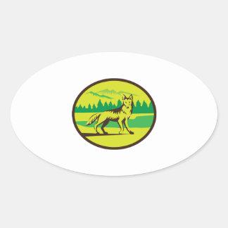 Retro oval del paisaje de la montaña del coyote pegatina ovalada