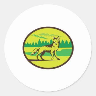 Retro oval del paisaje de la montaña del coyote pegatina redonda