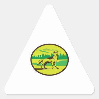 Retro oval del paisaje de la montaña del coyote pegatina triangular