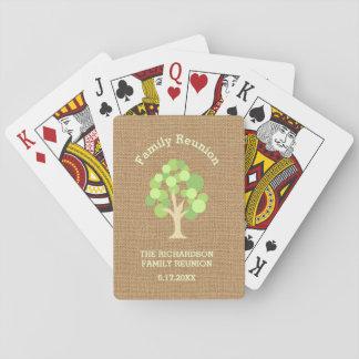 Reunión de familia verde rústica linda del árbol y barajas de cartas
