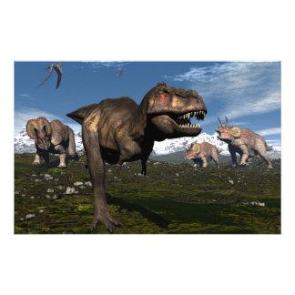 Rex del Tyrannosaurus atacado por el dinosaurio Papelería