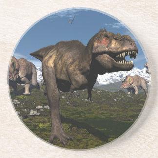 Rex del Tyrannosaurus atacado por el dinosaurio Posavasos