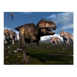Rex del Tyrannosaurus atacado por el dinosaurio Postal