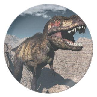 Rex del Tyrannosaurus que ruge en un barranco Plato