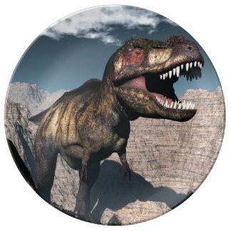 Rex del Tyrannosaurus que ruge en un barranco Plato De Porcelana