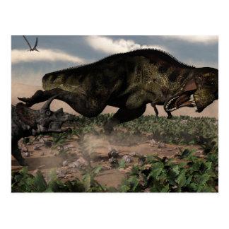 Rex del Tyrannosaurus que ruge en un triceratops Postal