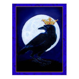 Rey o reina del cuervo con la postal de la luna y