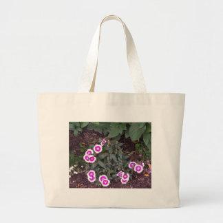 Riegue la guirnalda de los regalos blancos de la bolsas lienzo