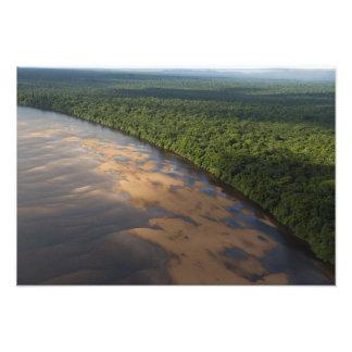 Río de Essequibo, el río más largo en Guyana, y 3 Cojinete