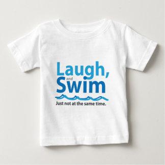 Risa y nadada… apenas no al mismo tiempo camiseta de bebé