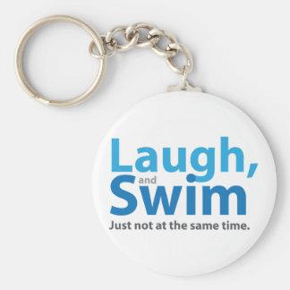 Risa y nadada… pero no al mismo tiempo llavero redondo tipo chapa