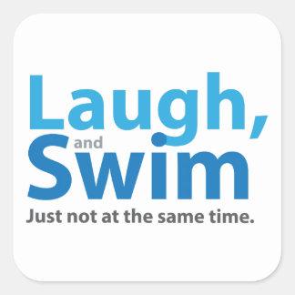 Risa y nadada… pero no al mismo tiempo pegatina cuadrada