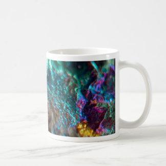 Roca cristalina pulida de aceite del arco iris taza de café