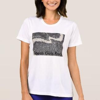 Roca de los chicas del gneis con la camiseta de w.