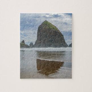 Roca del Haystack, playa del cañón, Oregon Puzzle