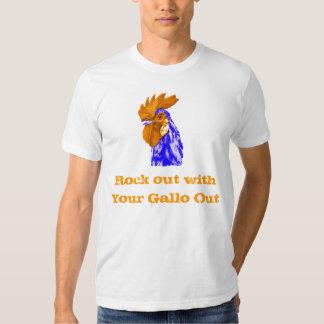 Roca hacia fuera con su Gallo hacia fuera Camisas