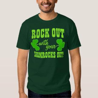 Roca hacia fuera con sus tréboles hacia fuera camisetas