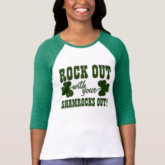 Roca hacia fuera el día del St Paddys Camisetas